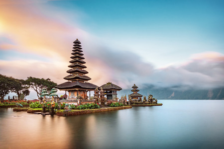 Der Ulun Danu Beratan-Tempel ist ein berühmtes Wahrzeichen auf der Westseite des Beratan-Sees, Bali, Indonesien. Standard-Bild