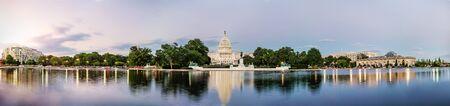 Vista panorámica del edificio del Capitolio de los Estados Unidos se refleja en la piscina de reflexión al atardecer en el nation mall, Washington DC, Estados Unidos.