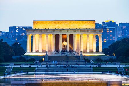Lincoln memorial reflected on the reflection pool when dusk at nation mall, Washington DC, USA. Imagens