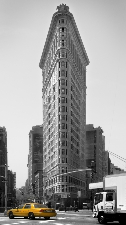 Flatiron building black and white view, with a colored taxi (cutout) Editoriali