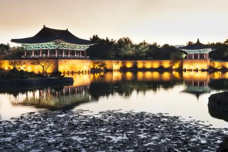 鴨池慶州、韓国。その雄大な宮殿の夕暮れの景色。