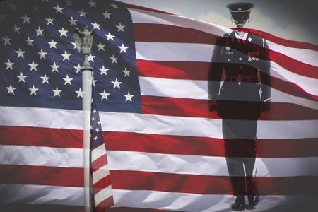 silhouette soldat: Grand pour le 4 Juillet, Jour du Souvenir ou le jour de v�t�rans de fer aigle chauve une silhouette de soldat et un drapeau national des �tats-Unis