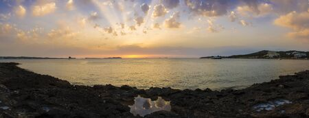 ciel avec nuages: Rocky Beach Panorama at Sunset or sunrise  with Sunrays on Cloudy sky Banque d'images