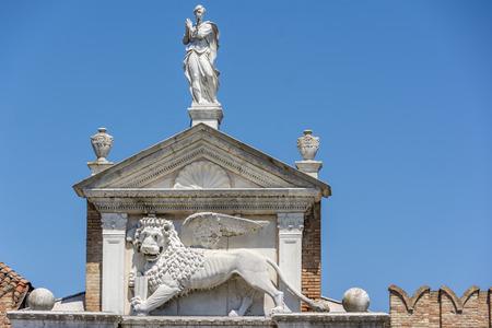 leon con alas: El le�n alado de San Marcos en la parte superior de la Magna de Porta en el arsenal veneciano. Es el s�mbolo de la ciudad de Venecia en Italia y se ve a menudo con un libro que representa el poder, la sabidur�a y la justicia