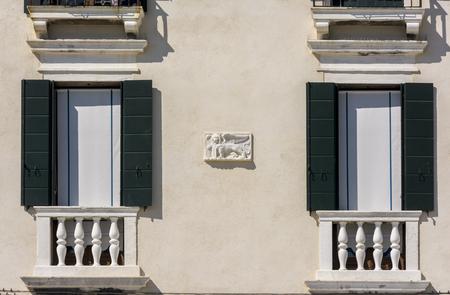 leon alado: venetian winged lion ona facade Foto de archivo