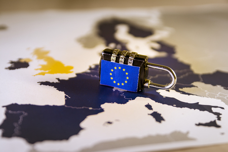 Candado sobre el mapa de la UE, que simboliza el Reglamento General de Protección de Datos de la UE o GDPR. Diseñado para armonizar las leyes de privacidad de datos en toda Europa.