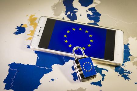 Candado sobre un teléfono inteligente y un mapa de la UE, que simboliza el Reglamento General de Protección de Datos de la UE o GDPR. Diseñado para armonizar las leyes de privacidad de datos en toda Europa.