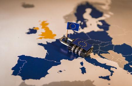 Cadenas sur la carte de l'UE, symbolisant le règlement général de protection des données de l'UE ou GDPR. Conçu pour harmoniser les lois sur la confidentialité des données à travers l'Europe.