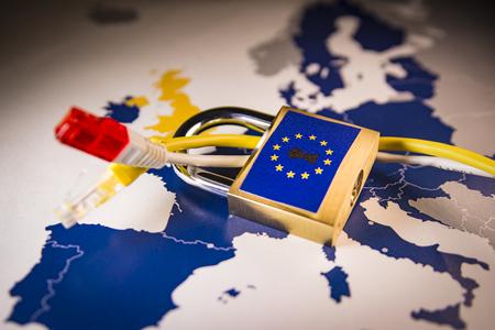 Cadenas et câble réseau sur une carte de l'UE, symbolisant le règlement général de l'UE sur la protection des données ou le RGPD. Conçu pour harmoniser les lois sur la confidentialité des données à travers l'Europe. Banque d'images - 95536224