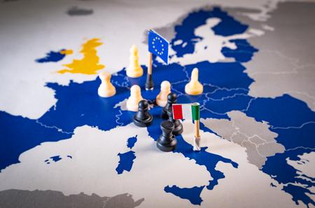 Piezas de ajedrez y banderas en un mapa europeo enfocado en piezas italianas negras. Italexit y el desafío italiano y la relación entre la Unión Europea e Italia