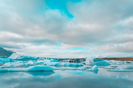 Iceberg in Jokulsarlon glacier lake in Iceland. Imagens