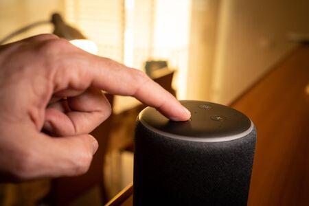 Barcelona, España. Enero de 2019: enfoque selectivo en el dispositivo doméstico inteligente Amazon Echo Plus
