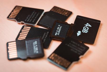 Gruppe von MicroSD-Karten über einem Holztisch