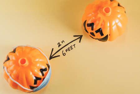 halloween pumpkins keeping social distance. Covid 19 concept Archivio Fotografico