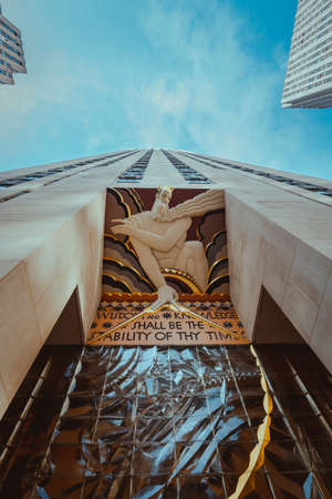 Low angle view of the Wisdom statue, Rockefeller Center, NYC. 新聞圖片