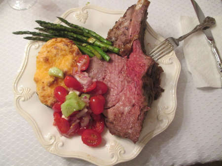 Prime rib with baked potatoe and Greek salad with roasted asparagus 版權商用圖片