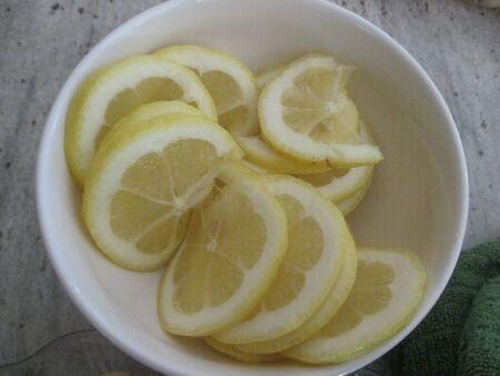 sliced lemons in a small white bowl Stockfoto