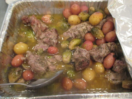 pork with red and yellow potatoes in an aluminum pan Stockfoto