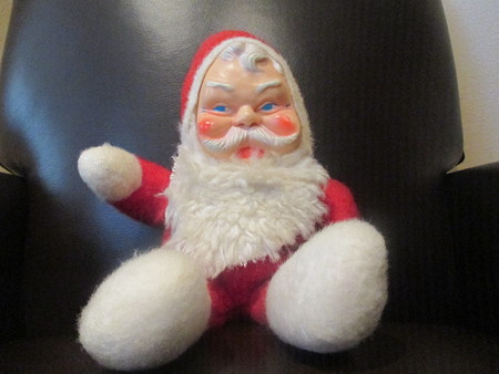 Vintage Santa Claus doll in a black leather chair Stockfoto
