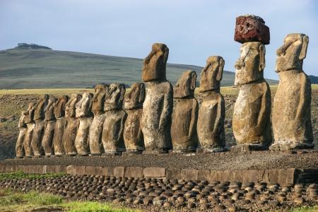 moai: Moais en Ahu Tongariki en la isla de Pascua Foto de archivo