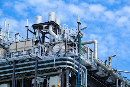 Bovenste verdieping van ketel of HRSG van stoom- en gascentrale power plant tegen de blauwe hemel