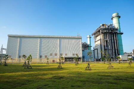 Kombinieren und Dampfturbinenkraftwerk mit grünen Wiese und klaren Himmel Standard-Bild