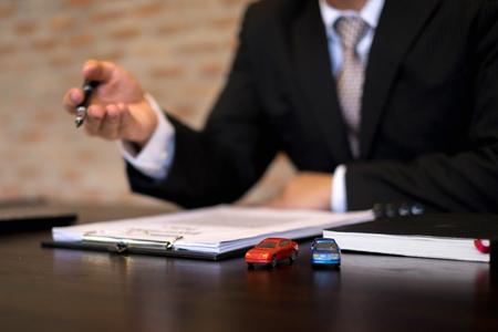 Los empresarios presentan un contrato sobre el comercio: alquilar un automóvil. Coche de seguros para empresarios. Concepto de negocio.