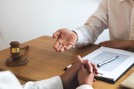 Anwalt präsentiert Kunden mit Vertragspapieren auf dem Tisch im Büro. beratender Anwalt, Rechtsanwalt, Richter, Konzept. Standard-Bild