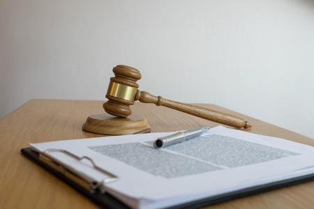 개체 법칙 개념을 닫습니다. 법무부 변호사와 테이블에서 작업하는 문서와 판사 디노. 스톡 콘텐츠