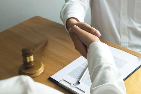 Stretta di mano dell'avvocato. Avvocati che stringono la mano al cliente, finendo una riunione, negoziazione di un accordo di successo. Archivio Fotografico