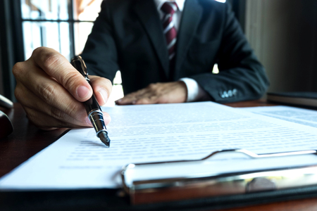 Prawnik pracujący na stole w biurze. prawnik konsultant, adwokat, sędzia sądowy, koncepcja.