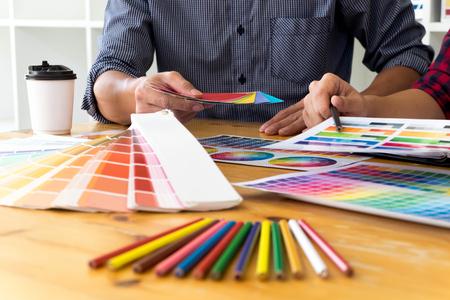 Projektanci graficzni wybierają kolory z próbek pasków kolorystycznych do projektu. Projektant koncepcji pracy kreatywności graficznej.