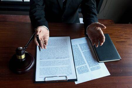 Abogado trabajando en la mesa en la oficina. abogado consultor, abogado, juez de la corte, concepto.