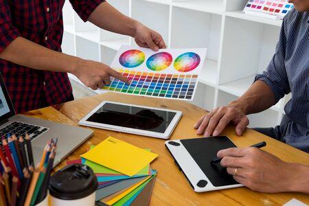 Los diseñadores gráficos presentan colores de la paleta de colores a sus amigos, para ideas de diseño creativo, diseños creativos de diseñadores gráficos.
