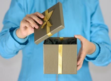 dar un regalo: abrir un regalo
