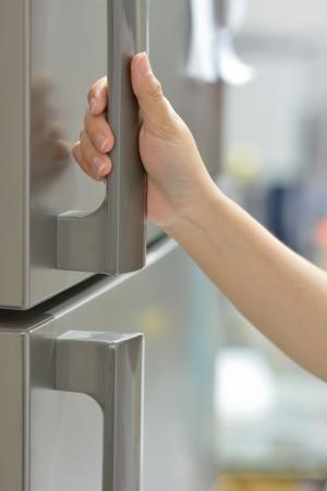 the handle: una nevera apertura de la mano