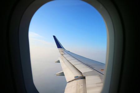 View from an aeroplane windows with an airoplane wing in the corner 免版税图像