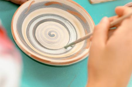 los niños aprenden a pintar cerámica del festival en Ucrania Foto de archivo