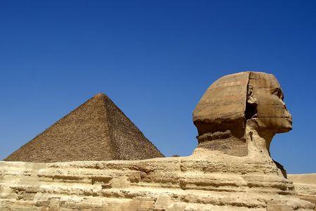 Sphinx nahe Pyramide in Ägypten Standard-Bild - 7730178