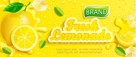 Limonata fresca con limone, spruzzi, gocce apteitiche da condensa, fetta di frutta, cubetti di ghiaccio su sfondo giallo sfumato per marchio, logo, modello, etichetta, emblema e negozio, confezione, pubblicità. Logo
