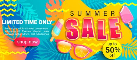 Affiche lumineuse de vente d'été, bannière de réduction de saison chaude avec des feuilles tropicales, crème glacée, lunettes de soleil. Invitation pour les achats en ligne avec 50 pour cent de réduction, carte d'offre spéciale, modèle de conception.Vector