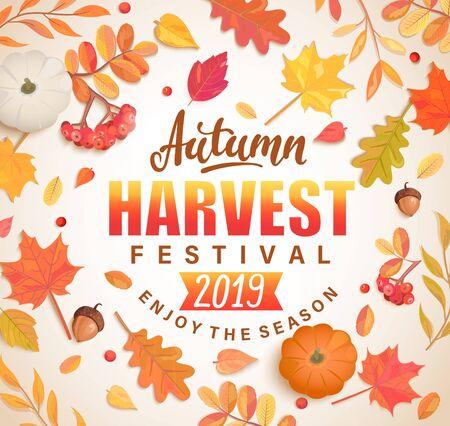 Banner Autumn Harvest Festival per la festa d'autunno 2019. Sfondo con foglie autunnali sparse, sorbo, zucca, ghiande per le vacanze di bella stagione. Perfetto per stampe, volantini, inviti. Vista dall'alto. Vettore