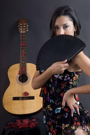 danseuse flamenco: belle danseuse de flamenco avec fond noir et de la guitare