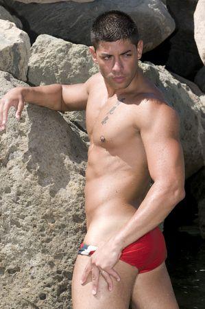 hombres gays: musculosos hombre sexy bajo el sol con maleta Foto de archivo