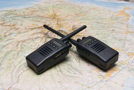 Zwei schwarze kompakte professionelle portable Geräte mit Karten