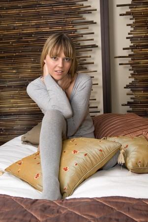 sexy blonde girl: sexy blonde girl na łóżko Zdjęcie Seryjne