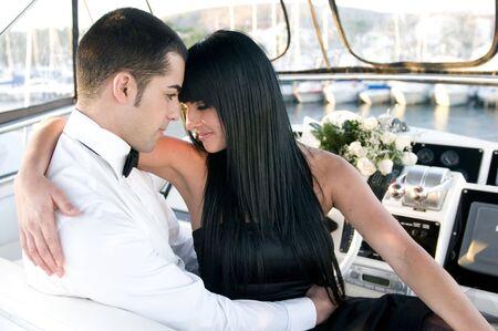 wealthy lifestyle: coppia in un elegante yacht