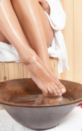 pedicura: piernas de la mujer en una sauna o spa