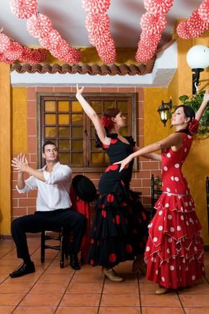 bailarina de flamenco: hombres y mujeres con vestidos tradicionales del baile flamenco durante la Feria de Abril en abril