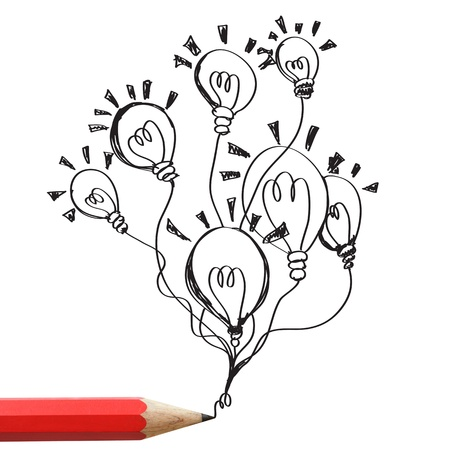 pensamiento creativo: Rojo lápiz de dibujo bombillas de luz aislados sobre fondo blanco
